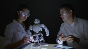科学家人检查功能现代机器人与人工智能在实验室 股票视频