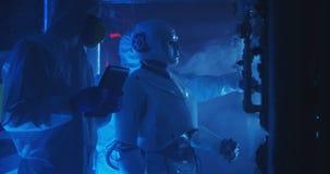 科学家和机器人举办的维护 免版税图库摄影