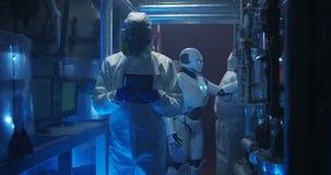 科学家和机器人举办的维护 股票录像