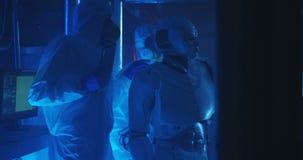 科学家和机器人举办的维护 股票视频