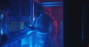 科学家和机器人举办的维护 免版税库存照片