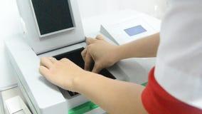 科学家在实验室投入实验的样品 影视素材