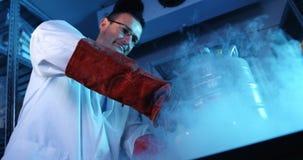 科学家在灰浆和杵4k的搅拌化学制品 股票视频