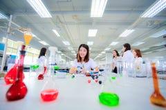 年轻科学家女孩在实验室 免版税库存图片