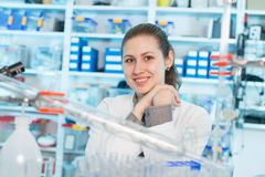 年轻科学家妇女在看照相机的化学实验室 库存照片