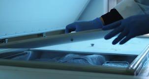 科学家开头冷冻机盒盖在实验室4k 影视素材