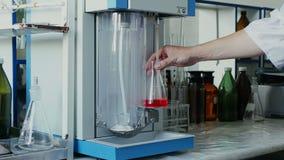 科学家或医疗研究员与烧瓶一起使用在实验室 股票录像