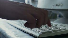 科学家或医疗研究员输入关于键盘的数据计算机