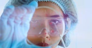 科学家收集了她的实验的标本 股票录像