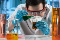 科学家混合的流体在实验室里 库存照片