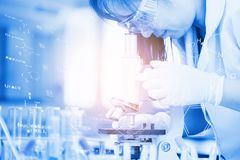 科学家用设备和科学实验 免版税库存照片