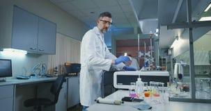 科学家装货小瓶到一台测试机里 股票录像