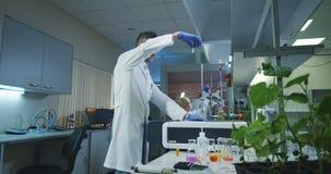 科学家装货小瓶到一台测试机里 股票视频