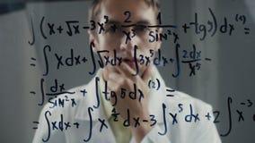 科学家认为在积分方程的解答的教授 数学家解决问题 股票录像
