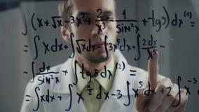 科学家认为在积分方程的解答的教授 数学家解决问题 股票视频