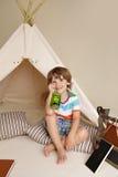 科学教育通过在圆锥形帐蓬帐篷的室内戏剧 库存照片