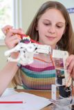 科学教训的女性学生学习机器人学的 免版税库存图片