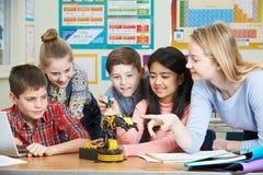 科学教训的学习机器人学的学生和老师 库存照片