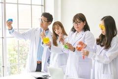 科学概念 化学家科学测试的质量 工作在实验室的队科学家 一个男性和三女性在化学 库存照片