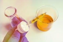 科学烧杯实验 免版税库存照片