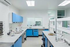 科学现代实验室内部建筑学 免版税库存照片