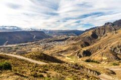 科尔卡峡谷,秘鲁,南美。建立种田的印加人与最深的峡谷的池塘和峭壁一的大阳台在wor 免版税库存图片