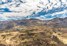 科尔卡峡谷,秘鲁,南美。建立种田的印加人与池塘和峭壁的大阳台。其中一个在wor的最深的峡谷 免版税图库摄影