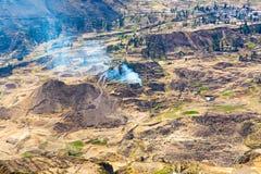 科尔卡峡谷,秘鲁,南美。建立种田的印加人与池塘和峭壁的大阳台。其中一个在wor的最深的峡谷 免版税库存图片