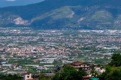 科尔巴拉市,Salermo,地区褶皱藻属,阿马尔菲海岸,意大利省全景  免版税库存照片