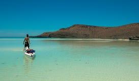 科尔特斯划皮船的paraside海滩海  免版税库存照片
