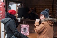 科尔马-法国-有羊毛帽子dri的两12月14日2017年-妇女 库存图片
