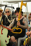 科尼岛美国艺术性的主任迪克Zigun提出一把钥匙对女王美人鱼德伯哈里在第35次每年美人鱼游行 库存照片