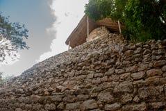 科巴,墨西哥,尤加坦:考古学复合体、废墟和金字塔在古老玛雅城市 免版税图库摄影