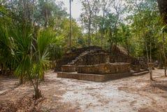 科巴,墨西哥,尤加坦:考古学复合体、废墟和金字塔在古老玛雅城市 库存图片