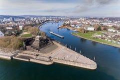 科布伦茨市德国历史的纪念碑德国角落河莱茵河和mosele在一个晴天的地方一起流动 免版税图库摄影