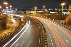 14 11 2011年科布伦茨德国-汽车在德国交通高速公路建造场所标志夜长的曝光照片点燃  库存图片