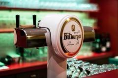 科布伦茨德国07 12 2017酒吧餐馆bitburger桶装啤酒分与的塔的关闭  免版税图库摄影