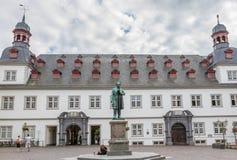 科布伦茨,有约翰尼斯研磨器Denkmal雕象的德国城镇厅  图库摄影