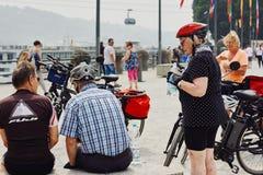 科布伦茨,莱茵兰-普法尔茨州,德国, 2018年6月10日:一个小组老年人在骑自行车以后休息 免版税图库摄影