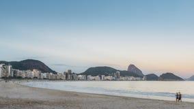科帕卡巴纳海滩在里约热内卢,巴西在晚上 库存照片