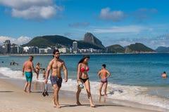 科帕卡巴纳海滩的人们在里约热内卢 免版税图库摄影