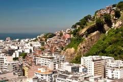 科帕卡巴纳和Favela Cantagalo在里约热内卢 免版税库存照片