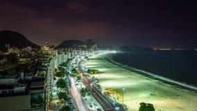 科帕卡巴纳在夜间流逝的海滩交通 股票录像