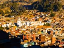 科帕卡巴纳镇Arial视图有我们的科帕卡巴纳,玻利维亚,拉美的夫人白色大教堂的  图库摄影