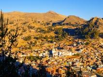 科帕卡巴纳镇Arial视图有我们的科帕卡巴纳,玻利维亚,拉美的夫人白色大教堂的  免版税库存照片