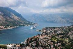 科托尔在一个美好的夏日,黑山 从山的看法到海湾在黑山 图库摄影