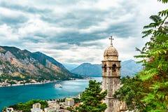 科托尔市我们的补救的夫人看法,教会,海、沿海城市和山在科托尔湾,黑山环境美化 库存图片