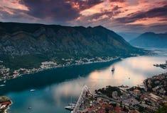 科托尔海湾看法在日落的 严重的阴暗天空 Lovcen山在黑山 亚得里亚海 免版税库存图片