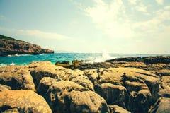 科托尔湾看法和入口向亚得里亚海 herceg montenegro novi 一个狂放的海滩在黑山,在科托尔 免版税库存照片