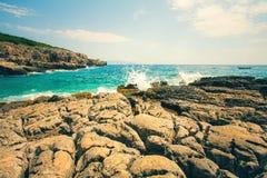 科托尔湾看法和入口向亚得里亚海 herceg montenegro novi 一个狂放的海滩在黑山,在科托尔 库存图片